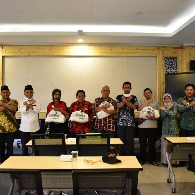وزعت جامعة مالانج الإسلامية 400 كيسا خيريا للمساكين أثناء انتشار فيروس كورونا